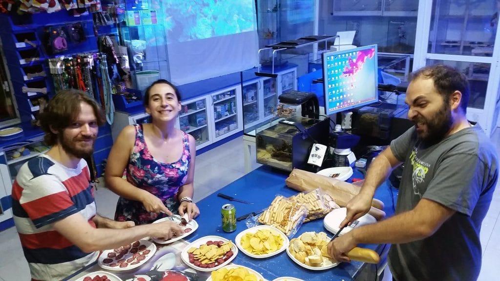Antes de abrir... Con Jorge teniendo dificultades para cortar el pan y posando para la foto :D